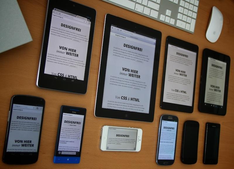 ein Auswahl an mobilen Endgeräten auf einem Schreibtisch